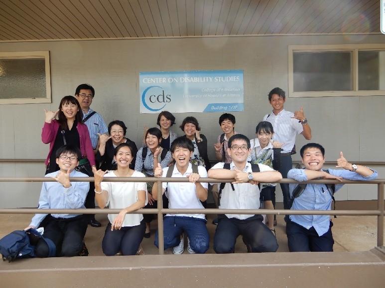 視察チーム。AISESの研究者5名と学生8名。前列左から二人目が今回コーディネートしてくださった高橋桐子先生(東京大学特任准教授・ハワイ大学障害学センター准教授)